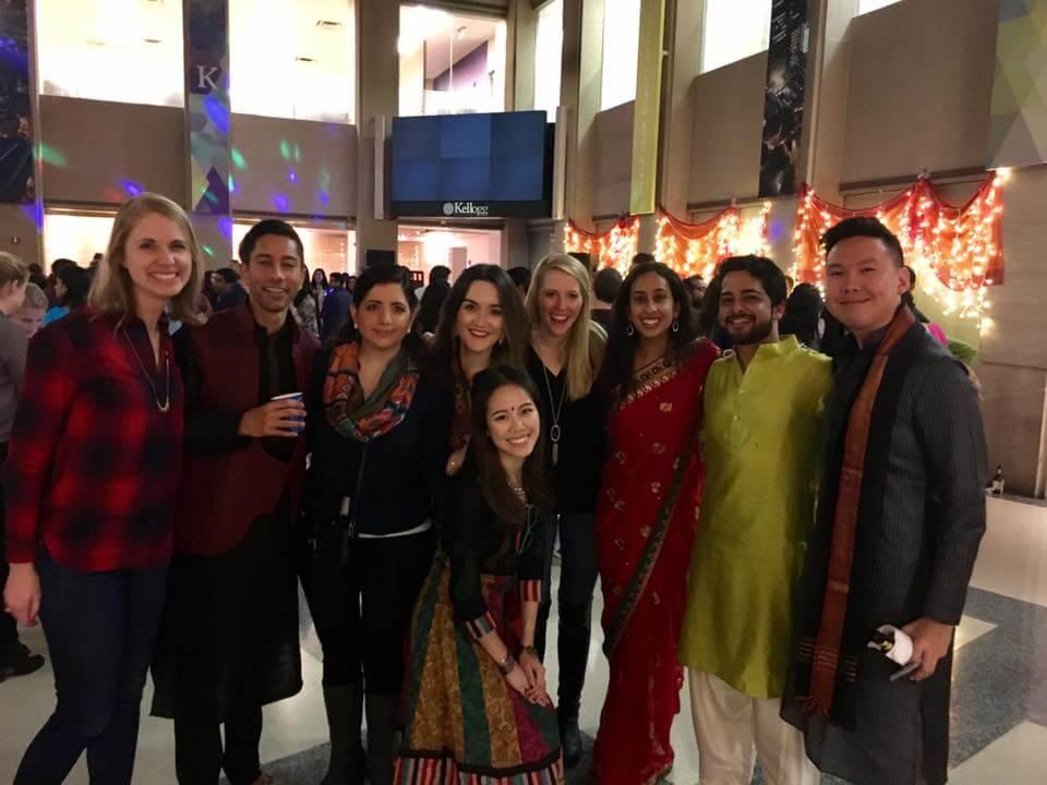 Adrienne穿著印度服飾,參加印度寶萊塢舞蹈表演後與同學合照。