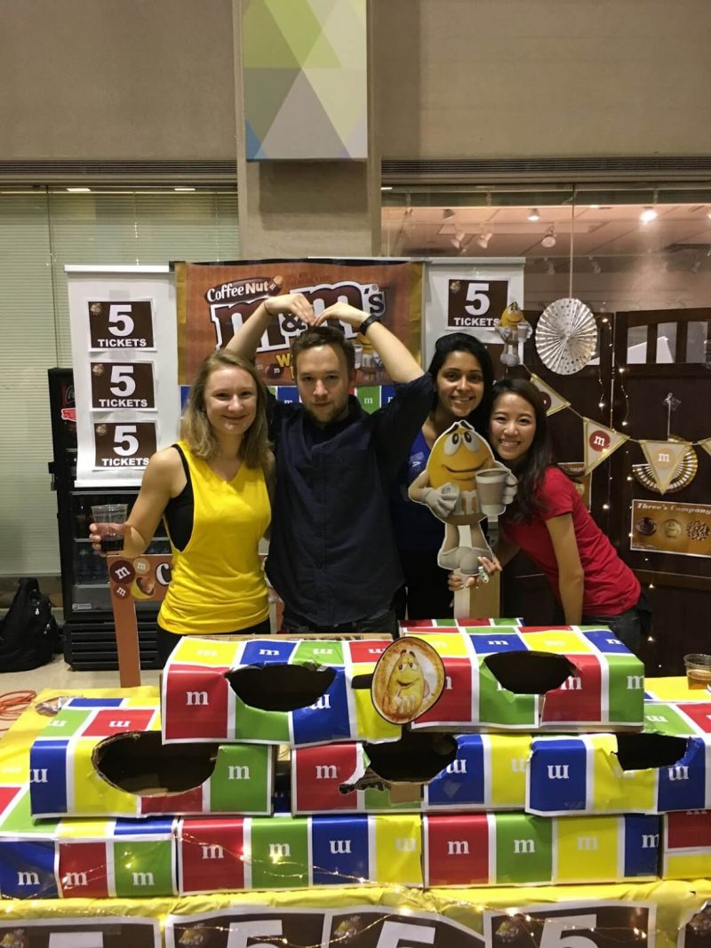 Adrienne參加Kellogg舉辦的行銷比賽,與隊員合影。